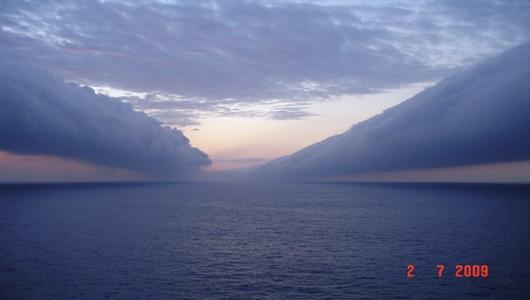 Resultado de imagem para nuvens que se estende mar adentro, feitas no início de julho de uma plataforma da Petrobras na Bacia de Campos Brasil.